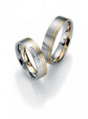 Trendy, bicolor trouwringen van wit- en geelgoud van 5,5 mm breedte met 5 briljant geslepen diamant van in totaal 0,075 ct.