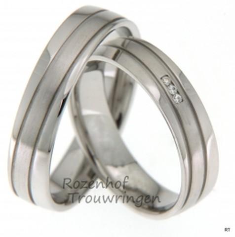 Witgouden trouwringen van 5 mm breed. De twee verdiepte lijnen in de ring, zorgen voor een spannend ontwerp. In de dames trouwring zijn 3 briljant geslepen diamanten gezet van 0,015 ct.