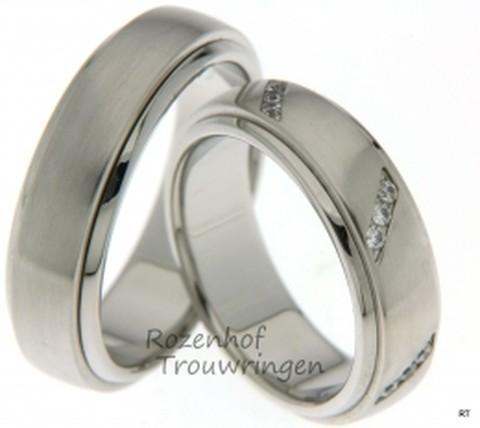 Matte witgouden trouwringen met glanzende buitenring van 6,5 mm breed. In de dames trouwring zijn 18 briljant geslepen diamanten, van in totaal 0,27 ct, schuin over de ring geplaatst in groepjes van drie diamanten. Dit geeft de ring een bijzondere uitstraling.