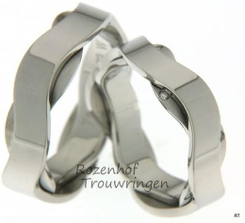 Bent u ook smoorverliefd op deze bijzondere ringen? Deze ringen zijn namelijk uitgevoerd in witgoud en bewonder die prachtige kunstige vorm! Deze ringen hebben beide een kronkelend idee en bij de ring voor de bruid ziet u zelfs nog maarliefst 8 (!) diamanten. Al met al een prachtig setje trouwringen met een exclusieve touch eraan!