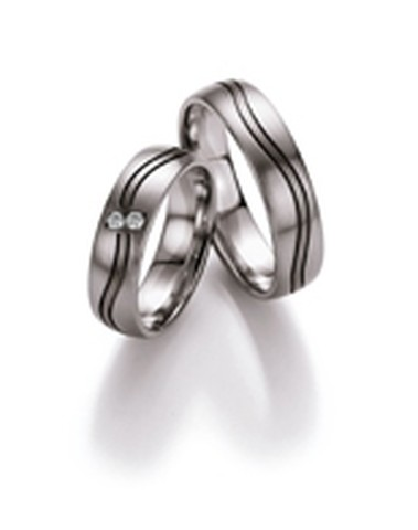 Speels gegolfde trouwringen van witgoud en palladium van 5,5 mm breedte met 2 briljant geslepen diamanten van in totaal 0,06 ct