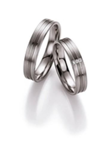 Moderne palladium trouwringen van 4,5 mm breedte met 3 briljant geslepen diamanten van 0,015 ct.
