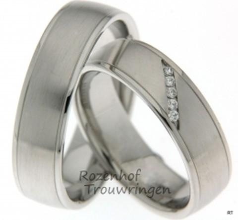 Deze mooie trouwringen zijn uitgevoerd in platina! De elegantie straalt er van af en die stralende uitdruk komt vooral door die schitterende diamanten in de damesring. In de damesring bevinden zich namelijk maar liefst 5 diamanten van 0.01 karaat per diamant! Deze ringen zijn verkrijgbaar in platina, palladium en witgoud.
