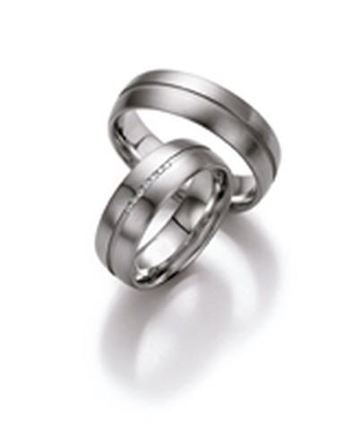 Mooie trouwringen uitgeveord in patina met een breedte van 6,5 mm.ook bevindt zich in de damesring een sprankelende rij vol met diamanten die briljant geslepen zijn. Deze ringen zijn verkrijgbaar in platina, palladium of witgoud.