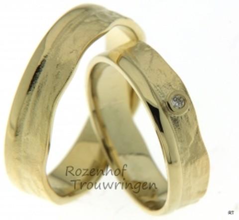 Organisch gevormde trouwringen van geelgoud met diamant