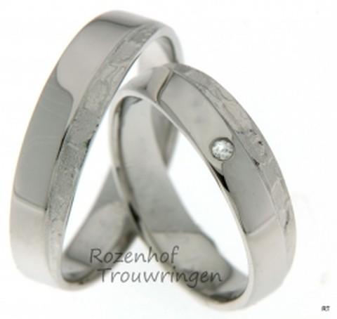 Kunstzinnige verfijning in witgoud! Ambachtelijk gevormde trouwringen van 4 mm breed. De dames trouwring is verrijkt met een briljant geslepen diamant van 0,025 ct.