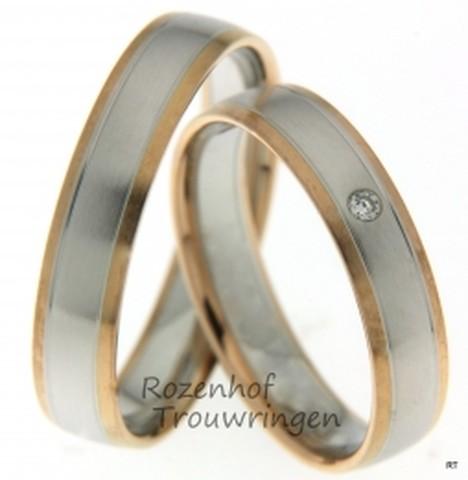 Smaakvolle, 4,5 mm brede, bicolor trouwringen. De ringen zijn vervaardigd uit gematteerd roodgoud en witgoud. In de witgouden baan lopen twee subtiele groeven. In de dames trouwring is een schitterende briljant geslepen diamant gezet van 0,025 ct.
