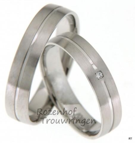 Matte witgouden trouwringen met glanzende inkeping. De ringen zijn 4,5 mm breed. In de dames trouwring is een briljant geslepen diamant gezet van 0,015 ct.