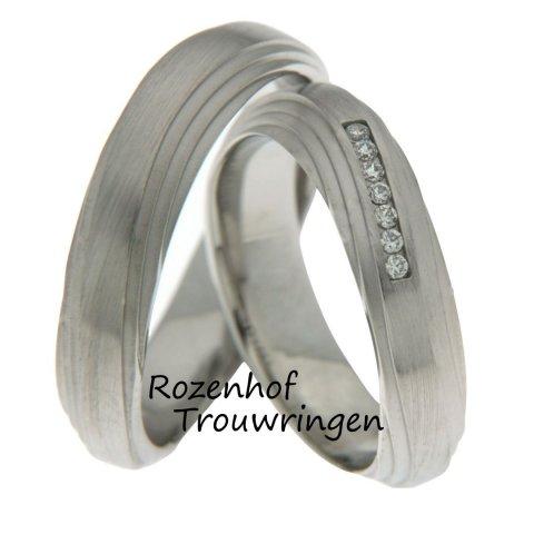 Kunstzinnige witgouden trouwringen. Het verschuivende aanzien van deze ringen doet denken aan de liefde voor elkaar. De trouwringen zijn 5,3 mm breed. In de dames trouwring zijn 7 briljant geslepen diamanten gezet van in totaal 0,07 ct.