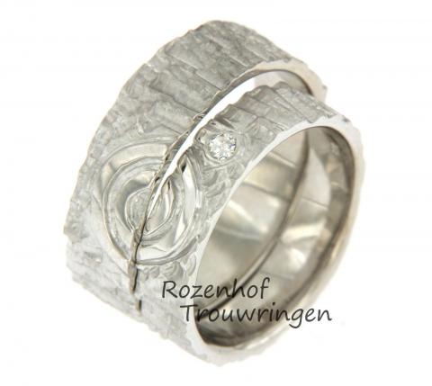 Bijzondere ambachtelijke trouwringen bestaand uit witgoud. De trouwringen samen vorm een symbool dat staat voor eindeloos geluk! In de damesring is een prachtige diamant geplaatst.