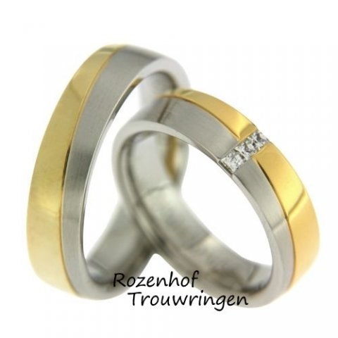Elegante, tweekleurige trouwringen van wit- en geelgoud. De ringen zijn 5,6 mm breed. In de elegante dames trouwring zijn 3 schitterende, princess geslepen diamanten gezet van 0,12 ct in totaal.