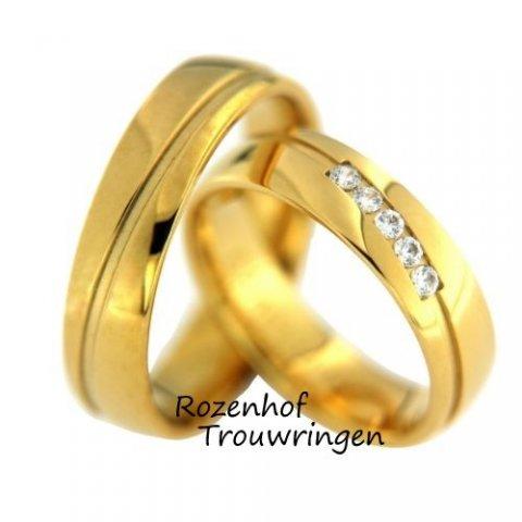Elegante, geelgouden trouwringen van 5,5 mm breed. In de dames trouwring prijken 5 briljant geslepen diamanten van 0,175 ct totaal.