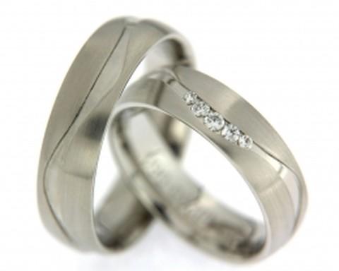 Comfortabele witgouden trouwringen. Door hun breedte van 6 mm, de matte afwerking en de 5 briljant geslepen diamanten in de dames trouwring, hebben de ringen een robuust chique uitstraling.