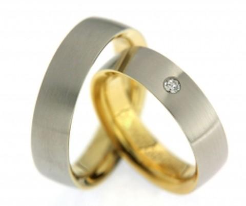 Gave trouwringen in twee kleuren. De ringen zijn 6 mm breed. De gave trouwring bestaat uit een mat witgouden buitenkant en een hoogglanzende, geelgouden binnenkant. In de dames trouwring is een glinsterende, briljant geslepen diamant van 0,055 ct gezet.