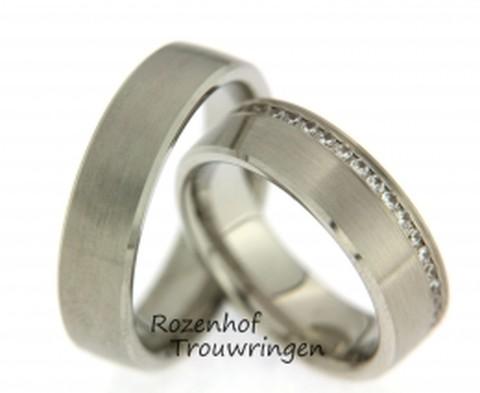Strakke, moderne trouwringen van witgoud. De ringen zijn 6,5 mm breed. In de dames trouwring is een briljant fonkelend pad met wel 41 diamanten gezet!