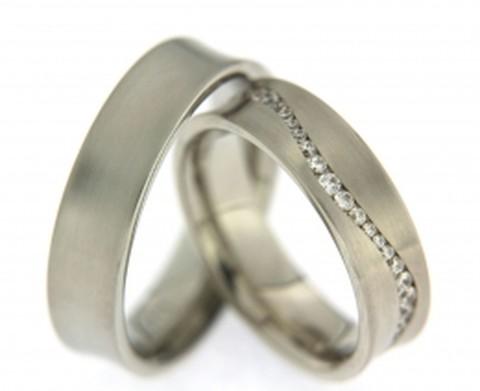Zwierig fonkelende elegantie in witgouden trouwringen. De trouwringen zijn 6 mm breed. De dames trouwring is bezet met een zwierig fonkelend pad van briljant geslepen diamanten.