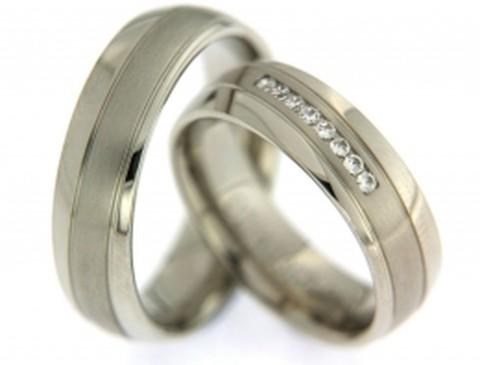 Fraaie, witgouden trouwringen. De ringen zijn 6,3 mm breed. De matte, witgouden baan loopt schuin over de verder glanzend witgouden trouwring. In de dames trouwring zijn 8 briljant geslepen diamanten in de matte schuine baan gezet.