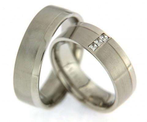 Trendy, witgouden trouwringen met princess geslepen diamanten
