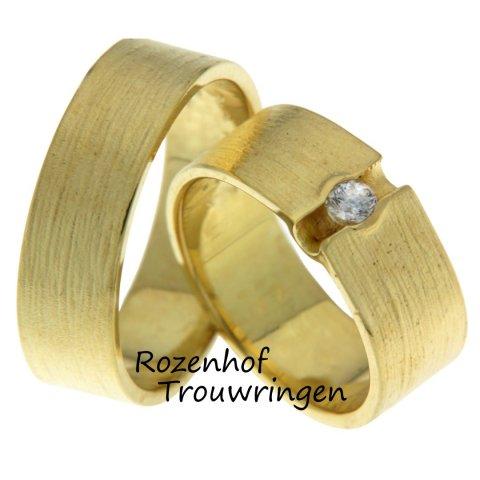 Houdt u van geelgoud en van opvallen? Dan hebben wij dé trouwringen set voor u! Brede trouwringen in een ambachtelijke stijl bij Rozenhof Trouwringen.