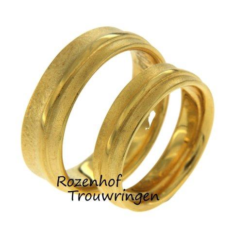 Mooie ambachtelijke trouwringen met een ruwe afwerking beschikbaar bij Rozenhof Trouwringen. De trouwring is uitgevoerd in een zonnige geelgouden kleur.