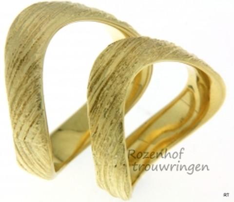 Frivole, geelgouden trouwringen. De 6 mm brede trouwringen hebben een prachtige afwerking, wat veel weg heeft van boomschors.