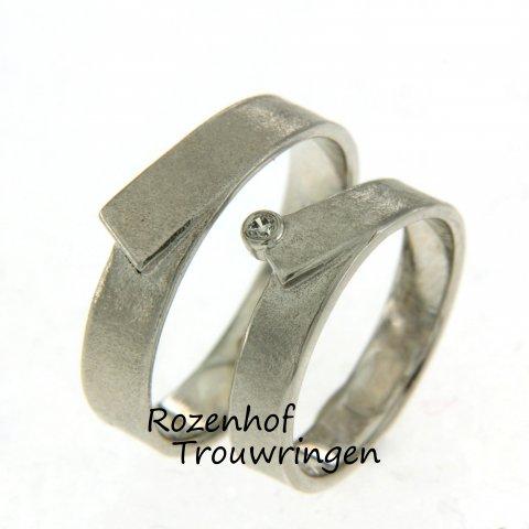 De witgouden trouwringen hebben allebei hetzelfde ontwerp. Maar bij de bride2be is er nog een diamantje in gezet! Subtiel maar toch net iets anders dan anderen.