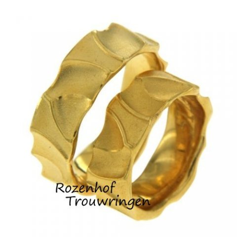 Flamboyante, geelgouden trouwringen van 7,5 mm breed. De ringen hebben een matte finish.