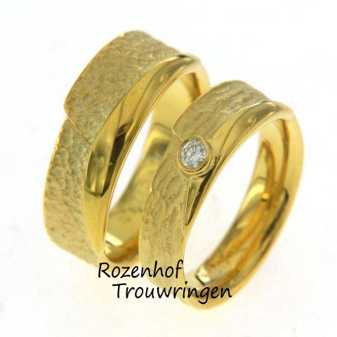 Trouwringen met bijzondere vormen zijn beschikbaar bij Rozenhof Trouwringen. Origineel én handgemaakt! Wij zijn trots op onze goudsmid & houden van dit ontwerp.