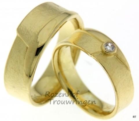 Originele trouwringen van geelgoud. De ringen zijn 6,3 mm breed en zijn origineel van vormgeving. Een fraaie, briljant geslepen diamant van 0,06 ct staat statig bovenop de ring te stralen.