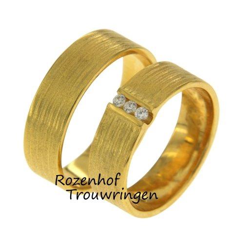 Stoer hè? Brede geelgouden trouwringen met bijzondere afwerking. Rozenhof Trouwringen loves it! Voor de bruid zijn er 3 diamanten in gezet voor een  glamorous look.