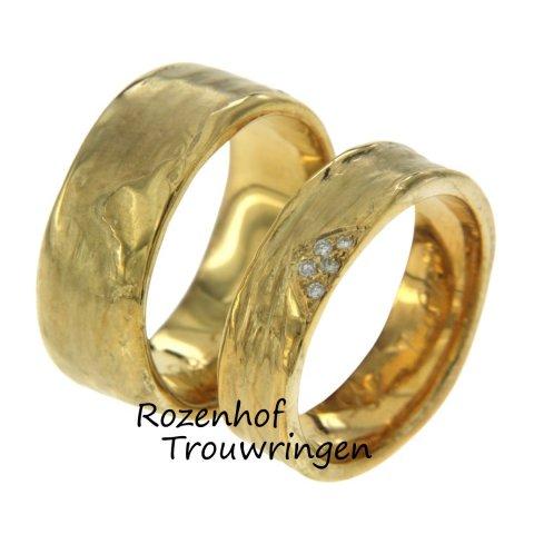 Een mooie trouwring met vormen uit de natuur: we spreken over ambachtelijke trouwringen! Deze stralende ring is uitgevoerd in geelgoud. Rozenhof Trouwringen!