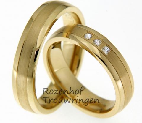 Deze hippe trouwringen vervaardigd uit geelgoud is een veelgekozen setje trouwringen. Deze ringen zien er mooi en netjes afgewerkt uit door de afwerking, gepolijst en gematteerd, en door de mooie diamanten die in de ring voor de bruid zijn geplaatst. Deze ringen zijn maarliefst 5 mm breed en zullen stralen om jullie vingers!