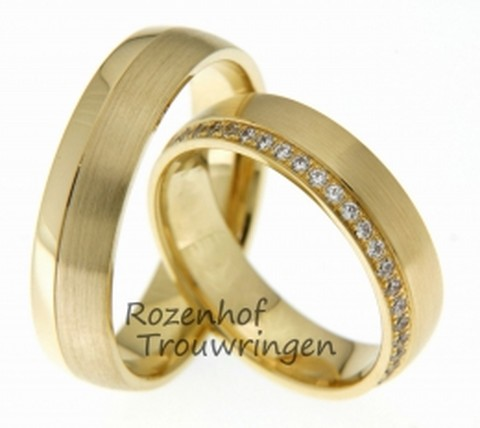 Briljante, geelgouden trouwringen van 5,5 mm breed. De ring is opgebouwd uit een brede matte baan en een smalle glanzende baan. De dames trouwring is rondom bezet met 27 briljant geslepen diamanten van in totaal 0,27 ct.