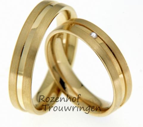 Deze mooie geelgouden ringen zijn echt trendy en schitterend. Deze ringen zijn bijna identiek aan elkaar en passen precies bij elkaar net zoals jullie! In de ring van de bruid bevindt zich nog één diamant, deze diamant is briljant geslepen. Dit trouwringenpaar staat mooi bij iedereen!
