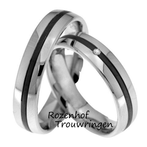 Een stel prachtige tegenpolen van witgoud met ruthenium. De ringen zijn 5 mm breed. Het donkere ruthenium steekt prachtig af bij het lichte witgoud. Een briljant geslepen diamant van 0,02 ct straalt in de ruthenium baan.
