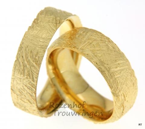 Prachtig bewerkte, geelgouden trouwringen, verkrijgbaar in verschillende breedtes, diktes en ook in andere materialen.