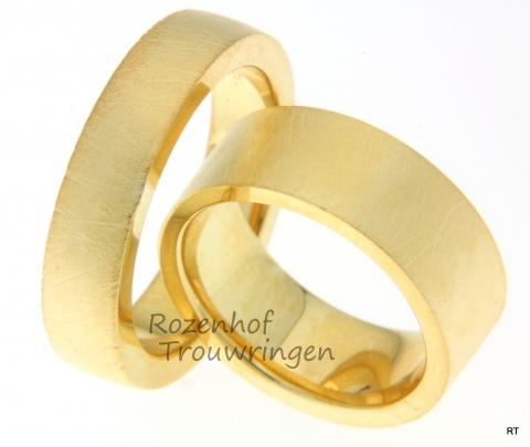 Stoere trouwringen waarvan de structuur op een olifantshuid lijkt. Met deze ringen bent u bestand tegen een stootje. De trouwringen kunnen ook in andere materialen uitgevoerd worden of in een andere breedte.