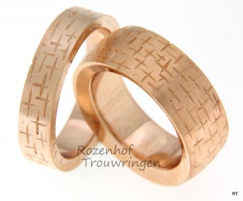 Vlammende, roodgouden trouwringen met aparte tekening. De ringen kunnen in andere materialen uitgevoerd worden en in andere breedtes en/of diktes.
