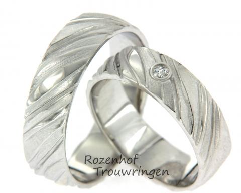 Prachtige trouwringen bestaand uit mat- en glanzend witgoud.De ringen hebben een koele ondertoon en ook is er een briljant geslepen diamant in de ring gezet. Al met al een plaatje!