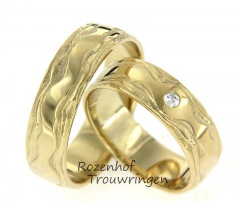 Mooie, glanzende trouwringen uitgevoerd in geelgoud in een breedte van 6,1 mm. De ringen hebben een mooi golvend motief. De damesring is belegd met één sprankelende diamant van 0,045 ct en is briljant geslepen. De ringen zijn leverbaar in 9, 14 en 18 karaat goud.