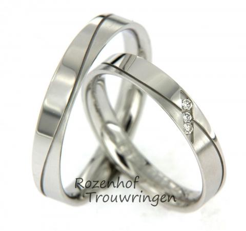 Mooie, fijne witgouden trouwringen. Er loopt een golvend dartel lijntje door beide ringen. In de damesring zijn 3 briljant geslepen diamanten geplaatst. Al met al een plaatje!