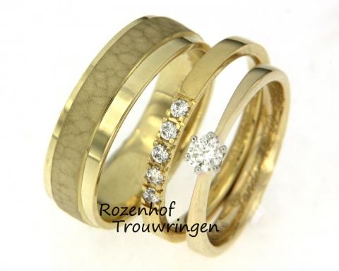 Deze zeer bijzondere triset is uigevoerd in geelgoud en bestaat, zoals de naam al zegt, uit wel drie ringen! De herenring is op twee manieren afgewerkt, namelijk gepolijst en gematteerd met een hamerslag. De damesring is echter iets waar we veel meer over te vertellen hebben, daar gaan we dan. U ziet het namelijk juist, u kunt ervoor kiezen om twee ringen in combinatie te dragen. Dit keer hebben wij een solitaire ring gecombineerd met een andere ranke ring die is