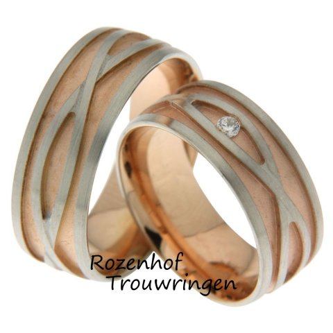 <p>Sierlijke gelaagde trouwringen van roodgoud en witgoud met een matte finish. De ringen zijn 7 mm. breed. De dames trouwring is bezet met een schitterende briljant geslepen diamant van 0,04 ct.</p>