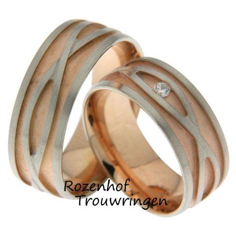 Sierlijke gelaagde trouwringen van roodgoud en witgoud met een matte finish. De ringen zijn 7 mm. breed. De dames trouwring is bezet met een schitterende briljant geslepen diamant van 0,04 ct.