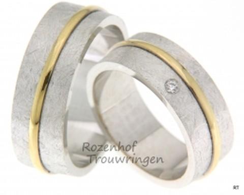 Moderne, witgouden trouwringen met een chique glanzend gouden, bolle binnenring. De ringen zijn 7,5 mm breed. Fraai in dit geheel is de briljant geslepen diamant van 0,05 ct in de dames trouwring.
