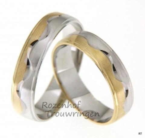 Zeer fraaie bicolor trouwringen met een kronkel. De ringen zijn 5 mm. breed. De ringen zijn vervaardigd uit een band geelgoud en een band witgoud. Het prachtige kronkelmotief geeft de ring een speels karakter, alsof hij uit de band wil springen.
