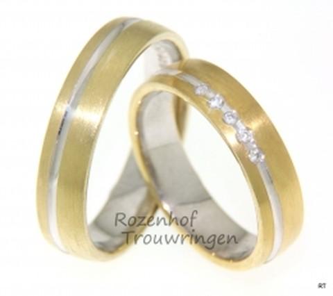 Zinderende bicolor trouwringen, welke een breedte hebben van 5 mm. Een smal witgouden paadje doorkruist de zinderende geelgouden woestijn. In de damestrouwring gloeien 5 briljant geslepen diamanten. Deze ring is hot!