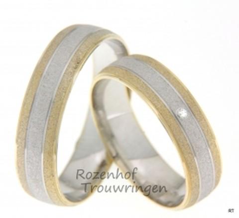 Deze ring glijdt als zand om je vinger! Prachtige gezandstraalde bicolor ring, bestaande uit geelgoud en witgoud. De trouwringen zijn 5,5 mm breed. De ongekende schittering van de briljant geslepen diamant van 0,01 ct in de dames trouwring, doorbreekt de mattering.