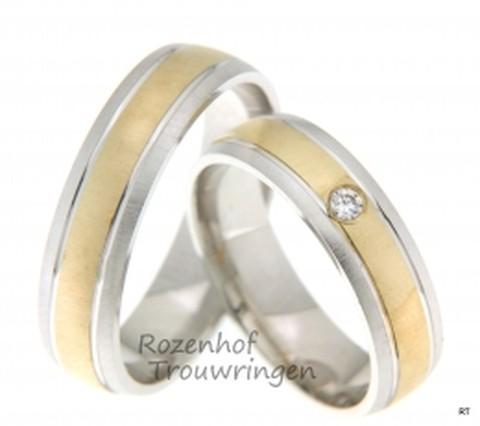 Klassieke, bicolor trouwringen met moderne vormgeving. De ringen zijn 5,5 mm breed. De ringen zijn uitgevoerd in mat geelgoud en mat witgoud. In de dames trouwring prijkt een prachtige briljant geslepen diamant van 0,04 ct.