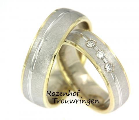 Deze trouwringen zijn vervaardigd uit wit- en geelgoud en zijn klaar om gedragen te worden door een liefdevol koppel!